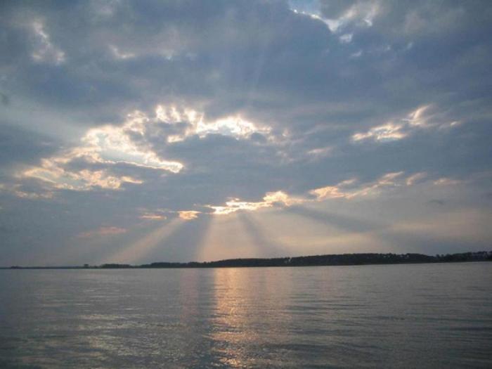 sail-around-cloudy-sky