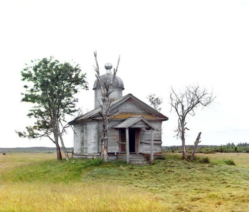 Abandoned chapel near the city of Belozersk, 1909.